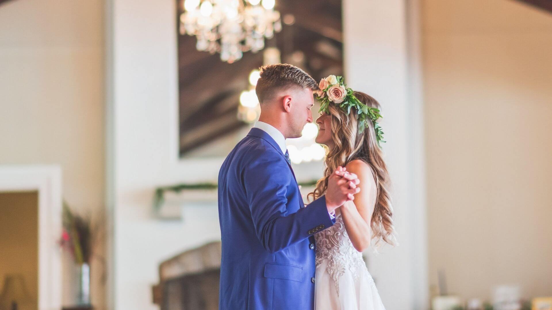 Un couple de mariés danse à Poissy