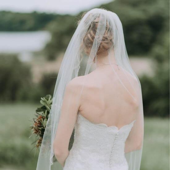La mariée pose de dos avec son bouquet à Poissy