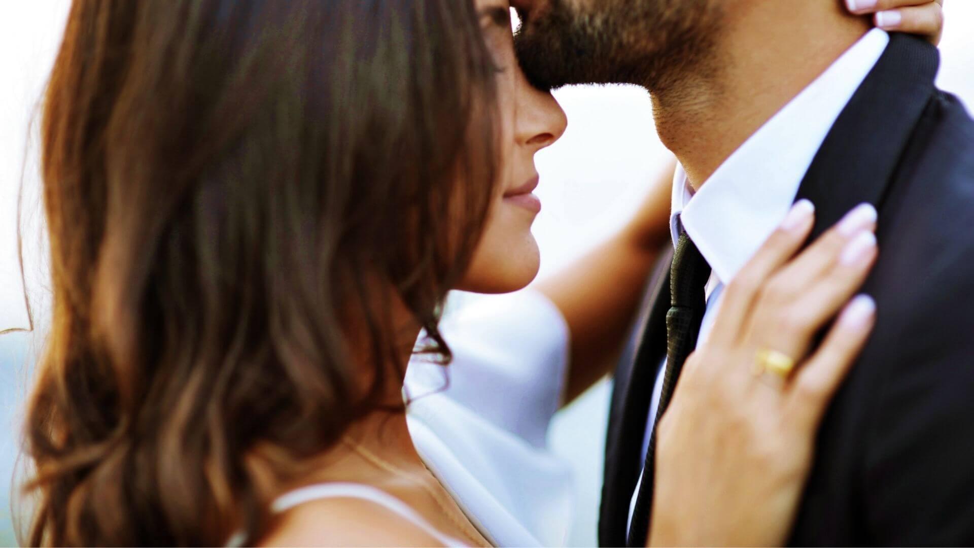 Le marié embrasse sa femme sur le front à Rouen