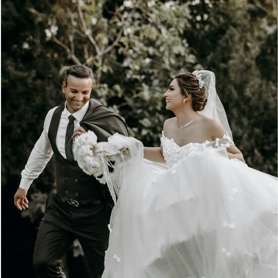 Les mariés courent après la cérémonie à Soissons