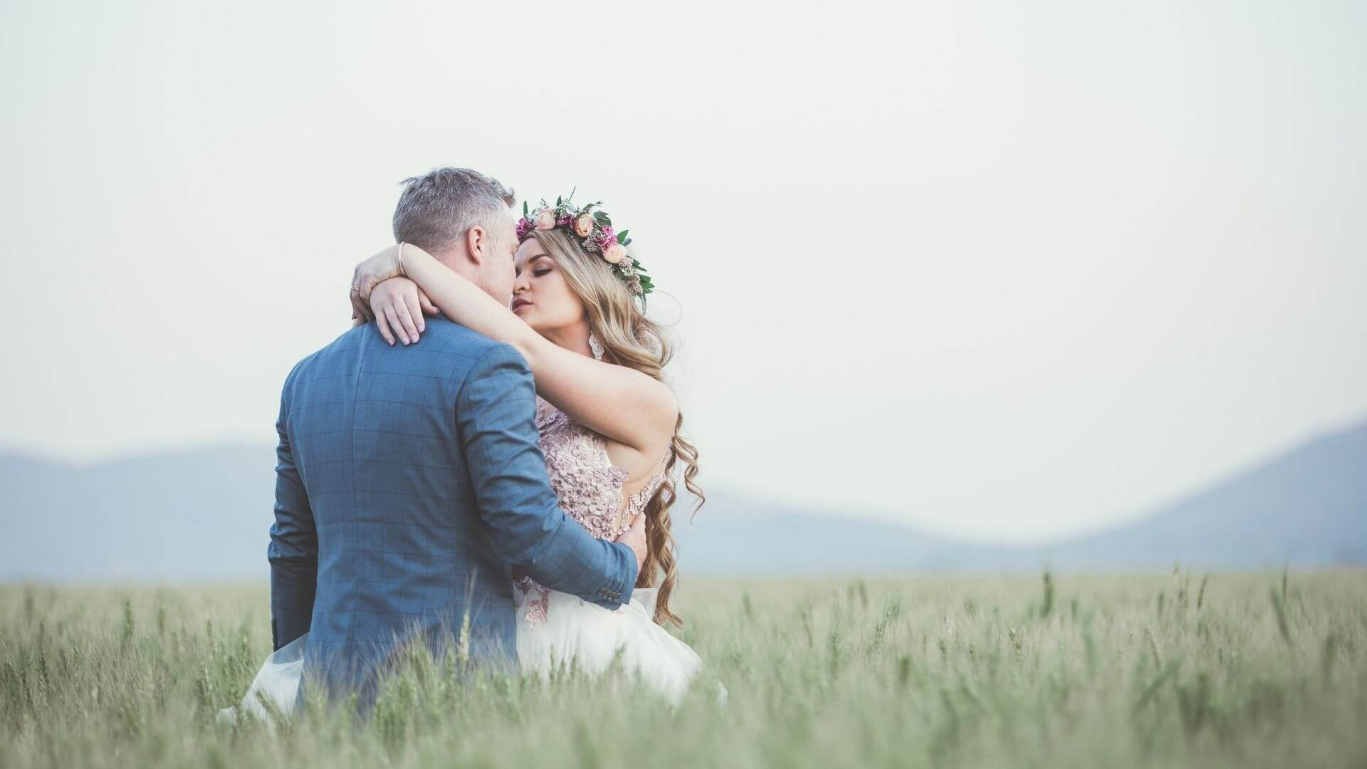 Un couple de mariés s'embrasse en plein air à Valenciennes