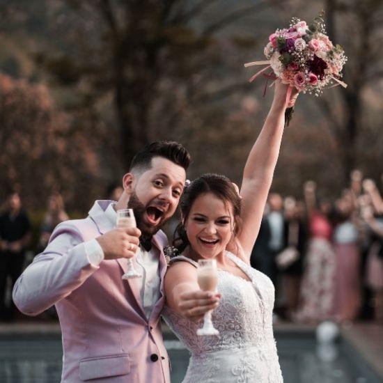 Les mariés posent devant le photographe de mariage à Valenciennes