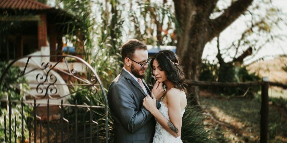 Un couple pose devant un photographe pour leur mariage