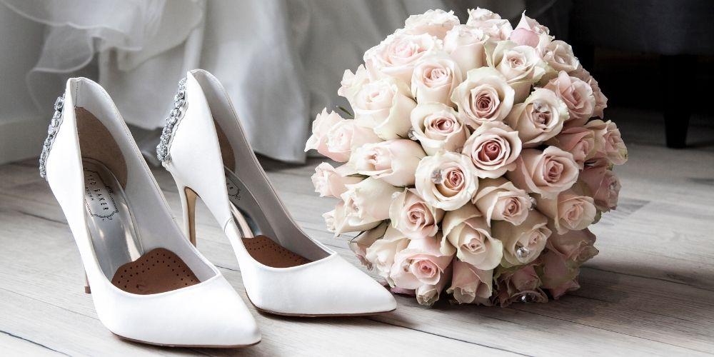 Une photo de chaussures et d'un bouquet d'un photographe à prix moyen