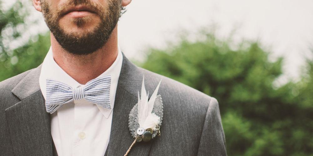 Le photographe saisit le futur époux qui attend à son mariage