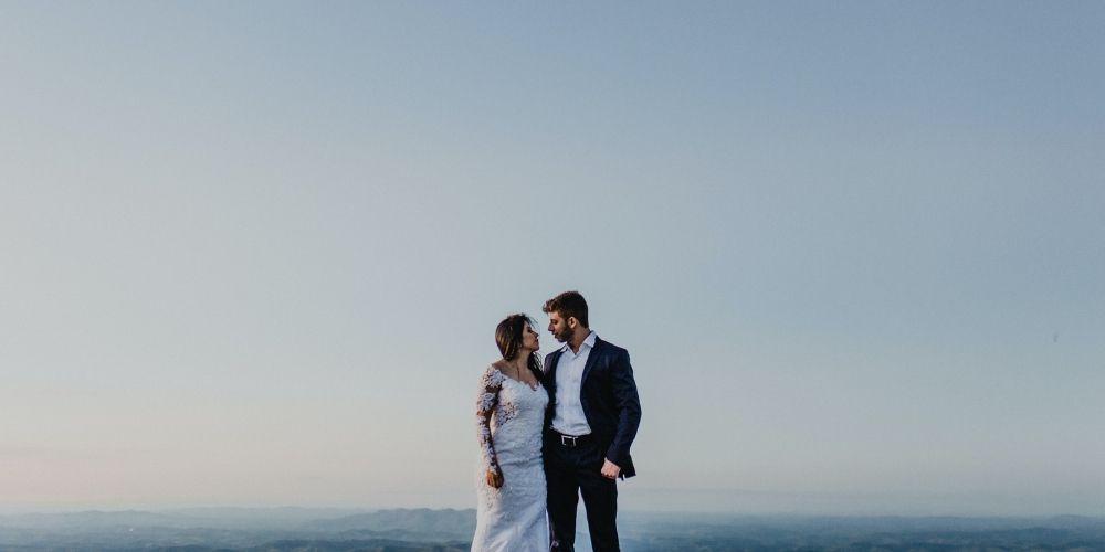 Une photo d'un couple qui se regardent d'un photographe de mariage à prix moyen