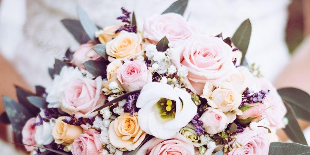 Le forfait d'un photographe de mariage comprend souvent un gros plan du bouquet