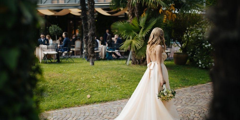 Le photographe de mariage immortalise la mariée seule