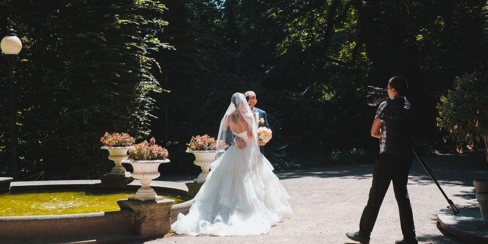 Un vidéaste de mariage filme les nouveaux mariés