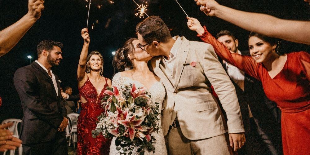 Le photographe capture les mariés durant leur soirée