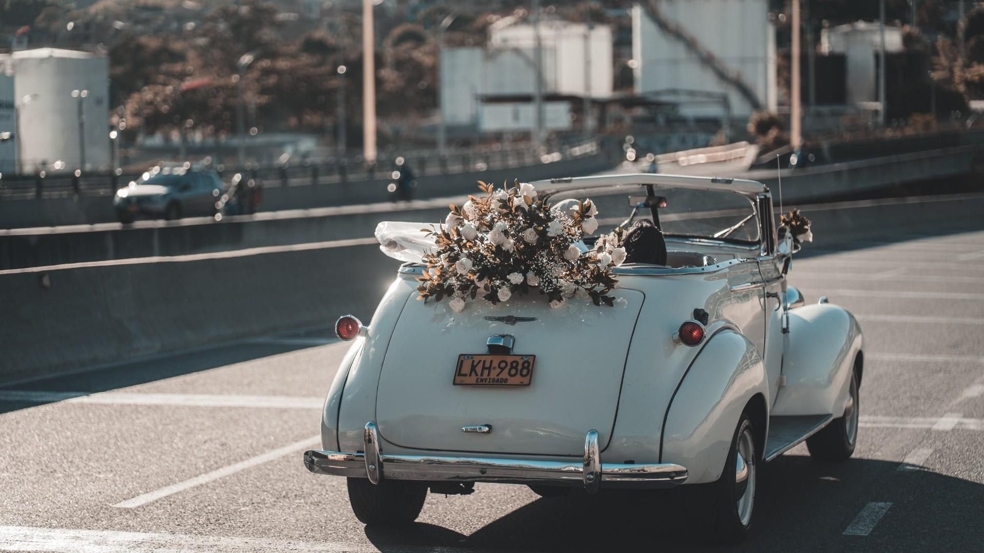 Les mariés partent dans leur voiture décorée à Paris 12