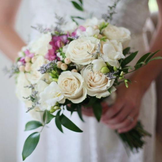 Photo de la mariée qui tient son bouquet