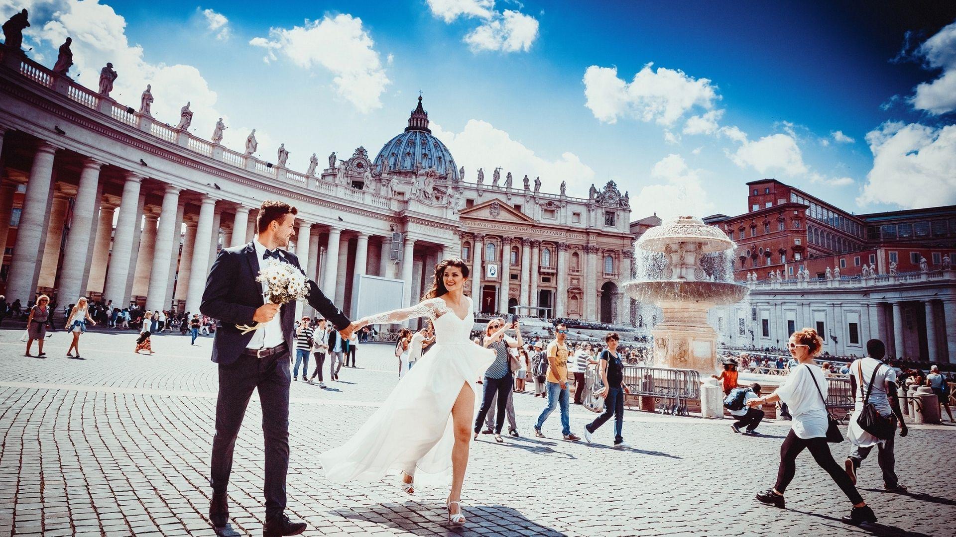 Les mariés marchent main dans la main dans Paris 3