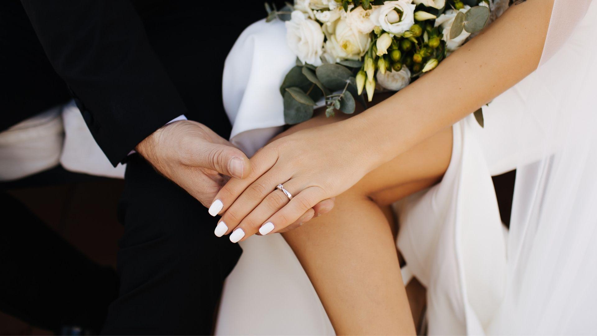 Les mariés se tiennent la main à Paris 2