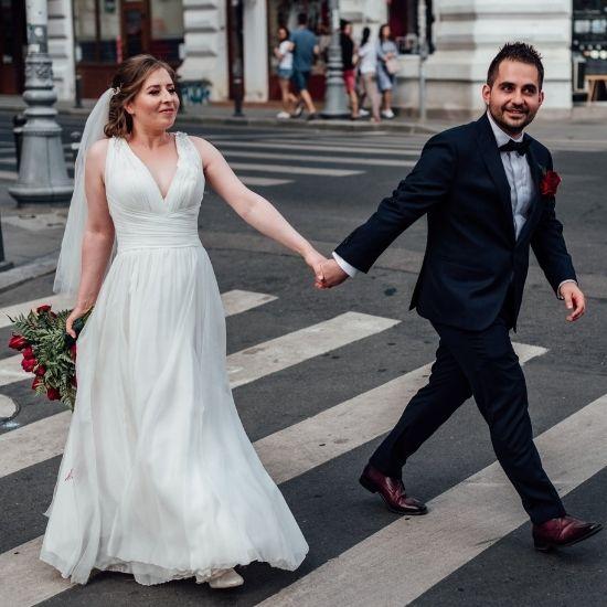 Les mariés traversent une rue de Paris