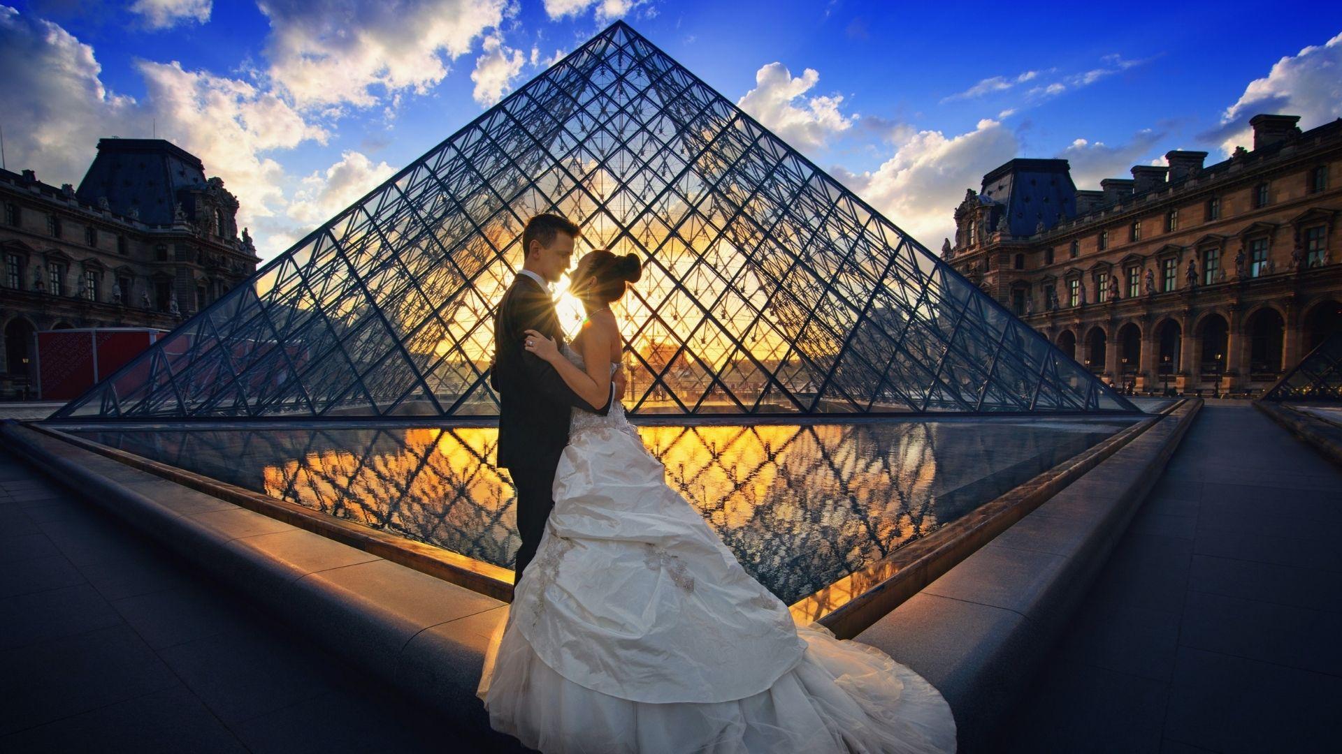 Le marié enlace la mariée à Paris 1
