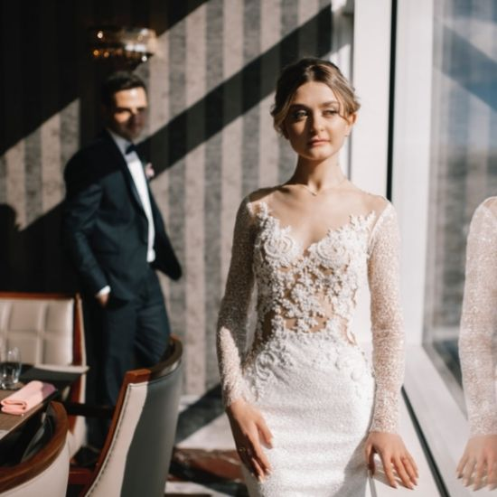 La mariée lascivement devant son futur époux