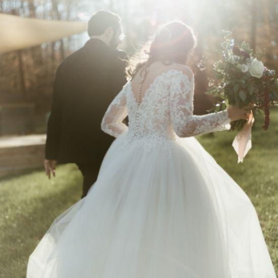 Les mariés courent vers la lumière