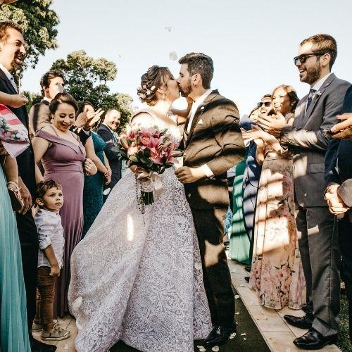 mariés entourés qui s'embrassent