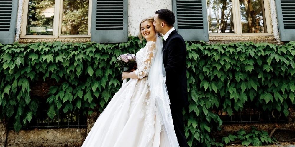 les mariés s'enlacent devant un bâtiment