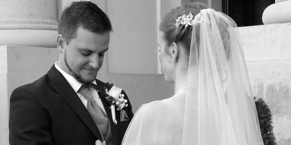 Les mariés s'échangent les alliances