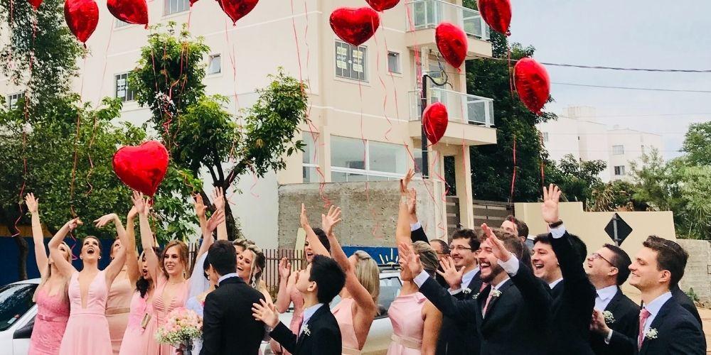jet de ballons pour les mariés