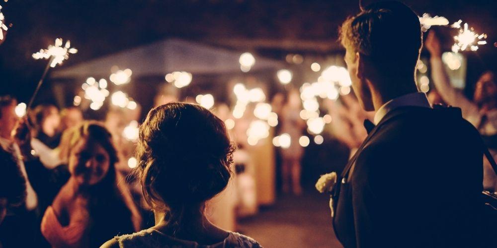 Les mariés arrivent à la soirée de mariage