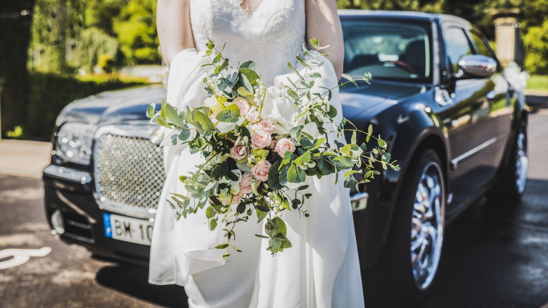La mariée pose devant sa voiture à Paris 6