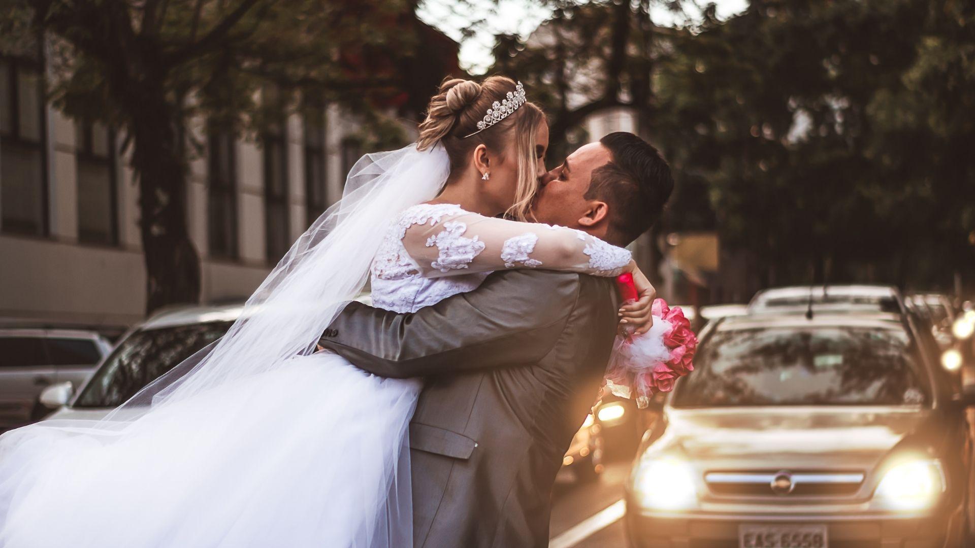 Les mariés s'embrassent dehors à Paris 7