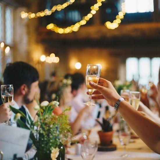 Les invités portent un toast