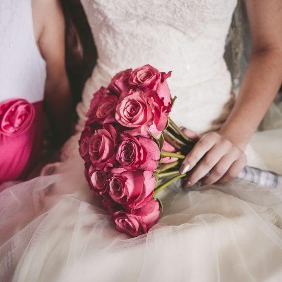 Photo de la robe et du bouquet de la mariée