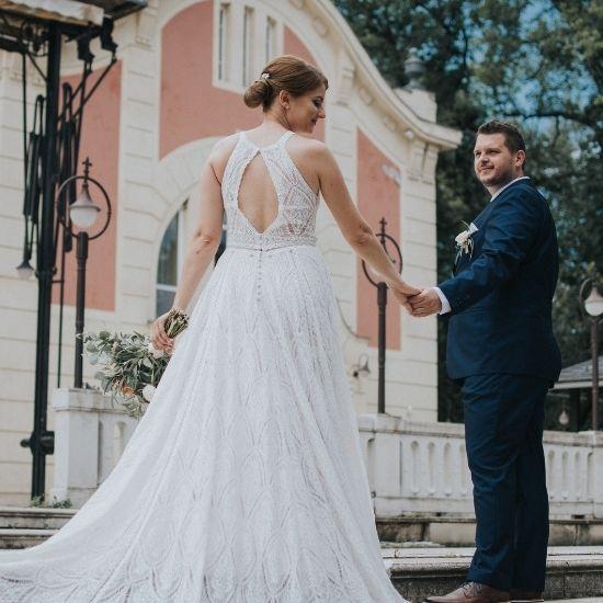 Les mariés montent des marches