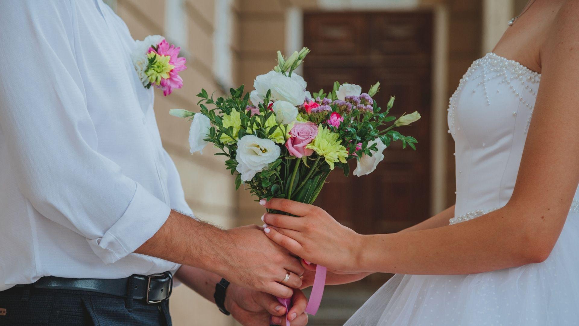 Les mariés tiennent le bouquet à Paris 10