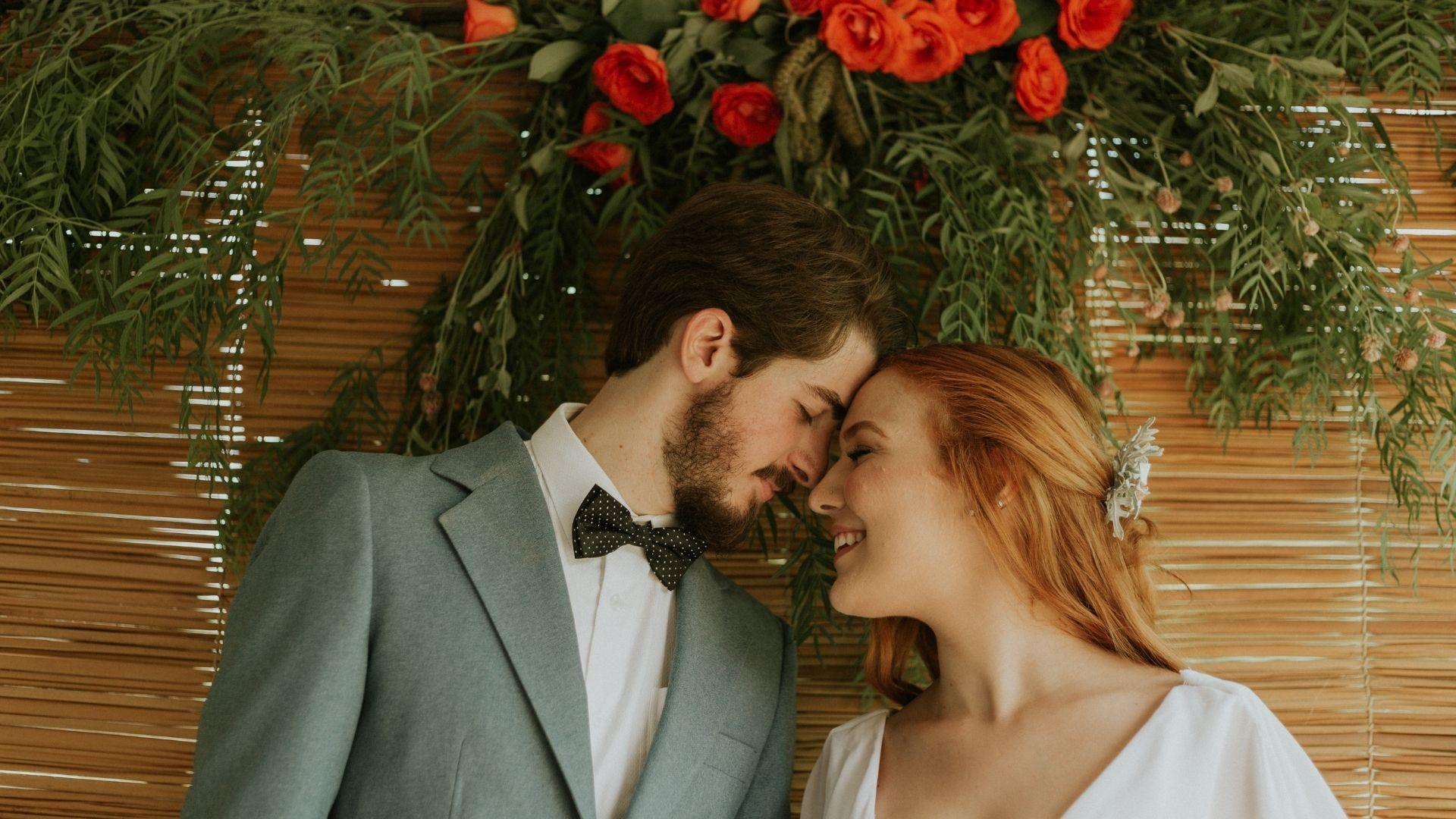 Les mariés se tiennent tête contre tête à Paris 11