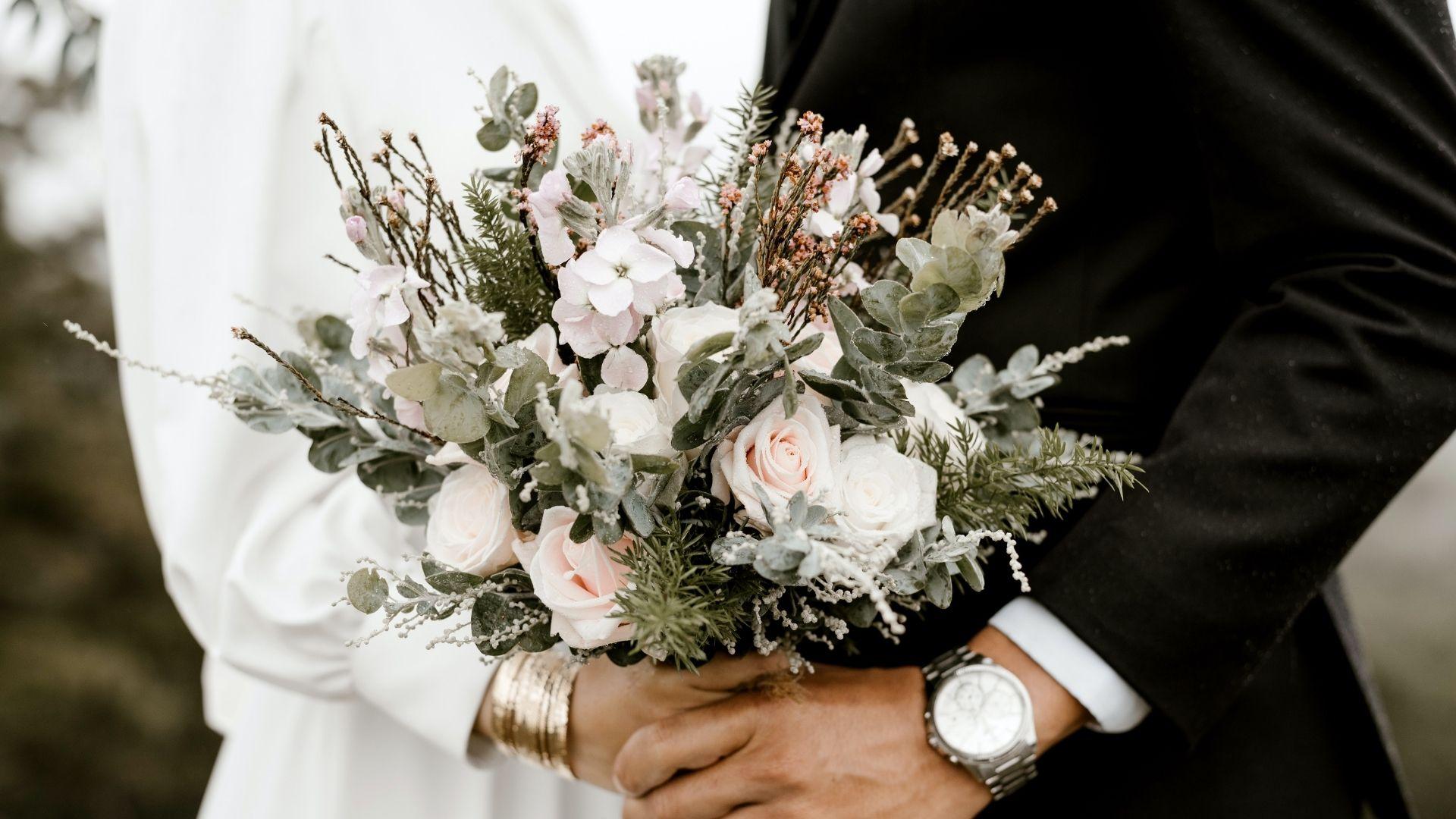 Les mariés tiennent leur bouquet à Paris 14