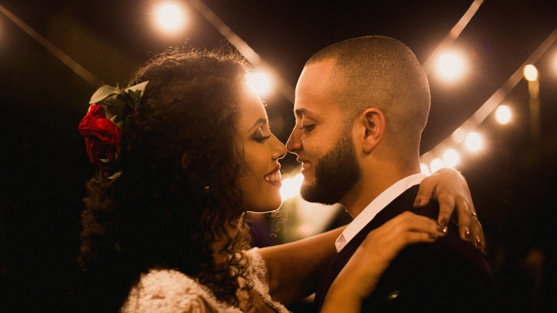 Les mariés se regardent sous des ampoules à Paris 15