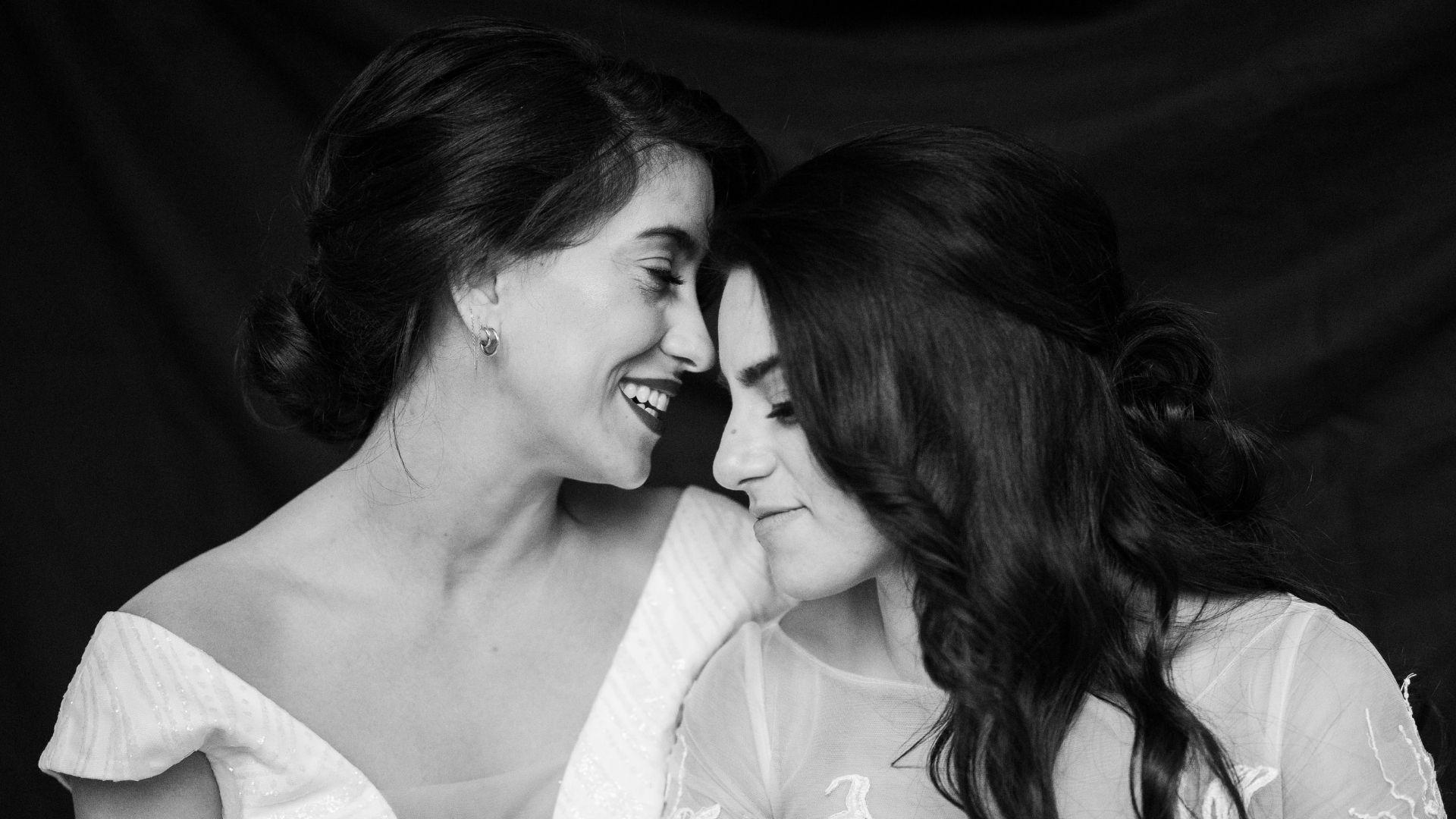 Les mariées se tiennent l'une contre l'autre à Paris 17