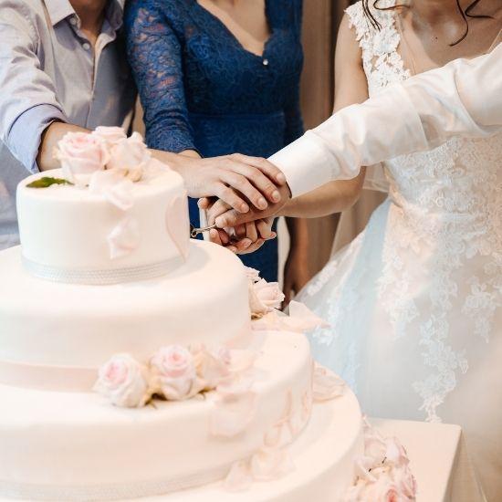 Les mariés coupent le gâteau