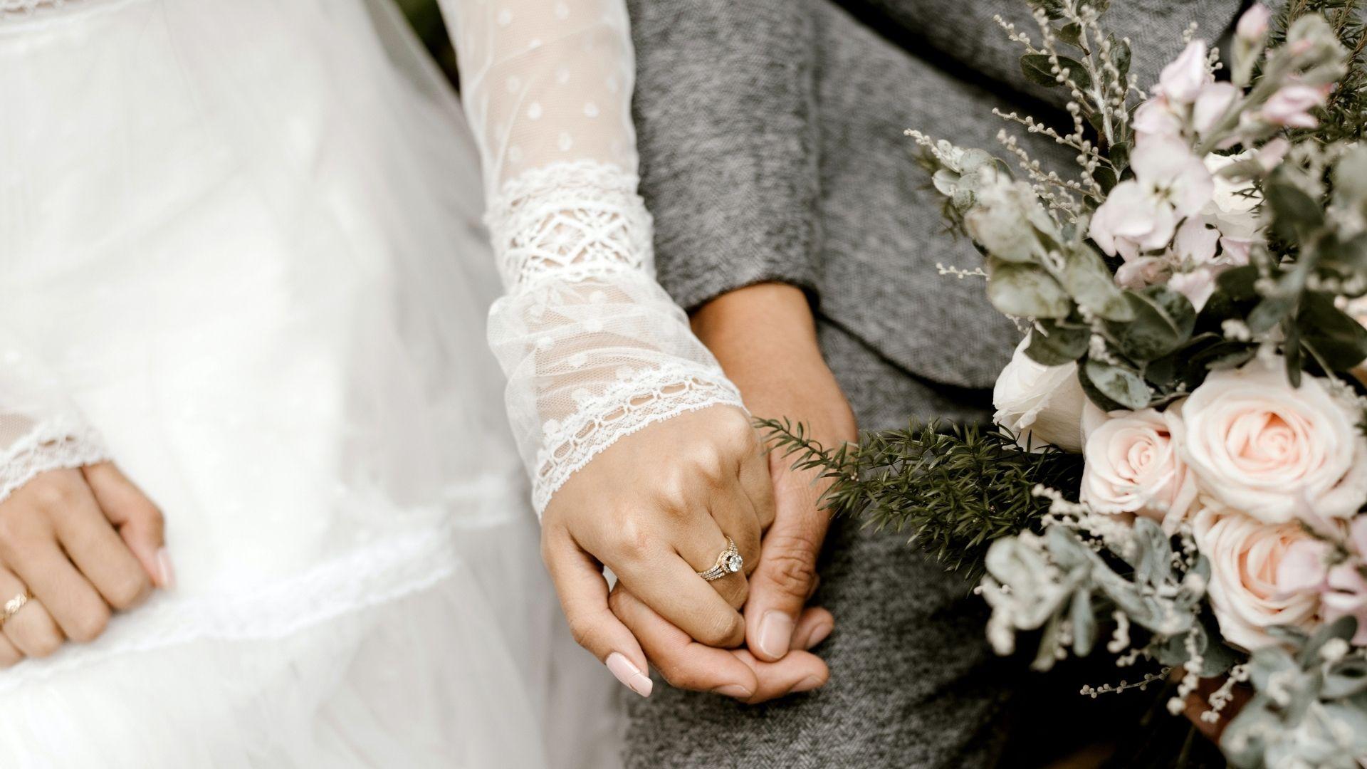 Les mariés se tiennent la main à Paris 19