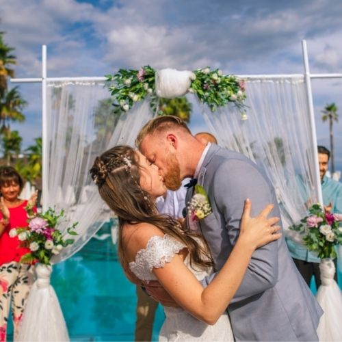 Un couple ayant organisé leur budget de mariage s'embrasse