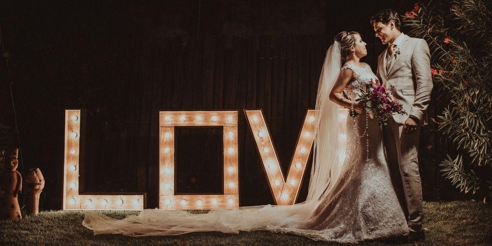 Le prix du mariage inclut les lumières, devant lesquelles posent les nouveaux mariés