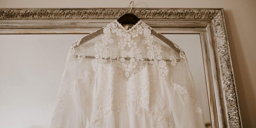 Photo d'une robe de mariée exposée