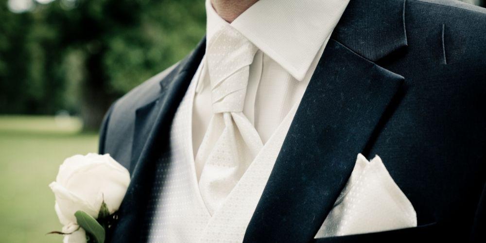 Gros plan d'un costume de mariage
