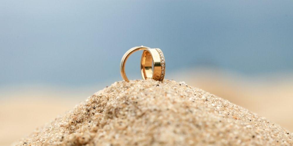 Deux alliances de mariage dans le sable