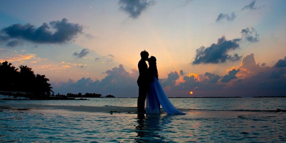 Un couple pose sur l'eau pour leur mariage