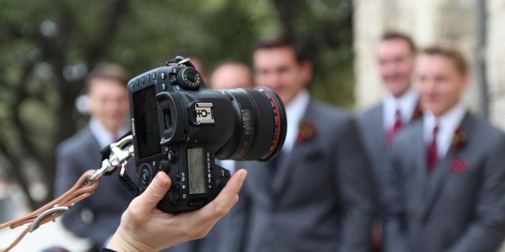 Le photographe de mariage prend en photo les témoins