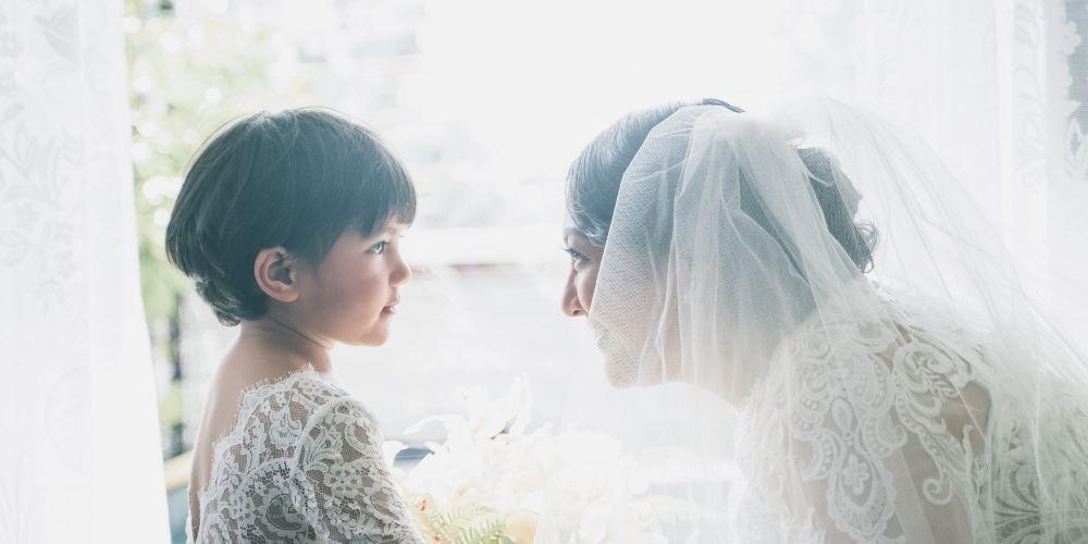 La mariée pose avec son enfant d'honneur à son mariage