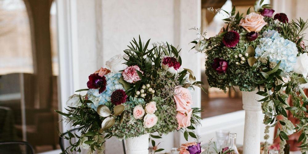 Photo d'une table décorée de fleurs pour un mariage