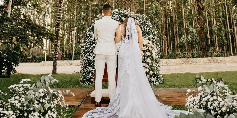 Les mariés posent de dos en plein air