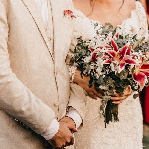 Une idée de photo de mariage est de poser avec le bouquet
